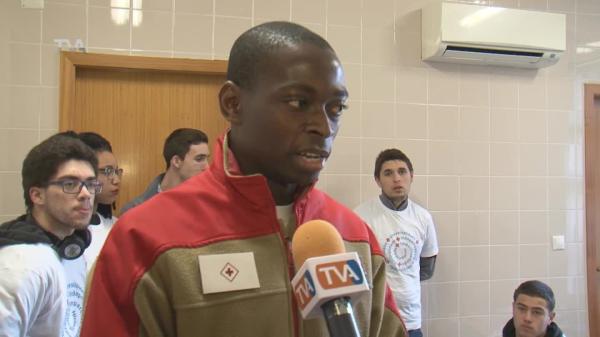 Jovens Voluntários Medem Tensão Arterial no Mercado Brandoa