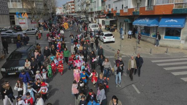 1500 Foliões Desfilam para Celebrar o Carnaval